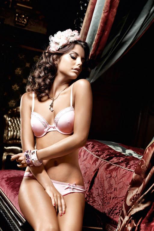 Бюстгальтер Dolce Vita розовый с светло-серыми кружевными краями, косточками и мягкими чашечками