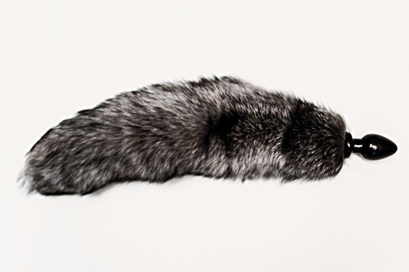 Анальная пробка черного цвета с серым лисьим хвостом