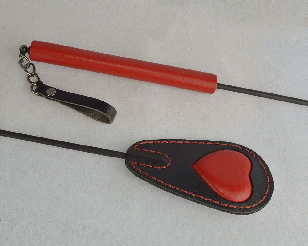 Черно-красный стек с сердцем на хлопушке - 65 см.