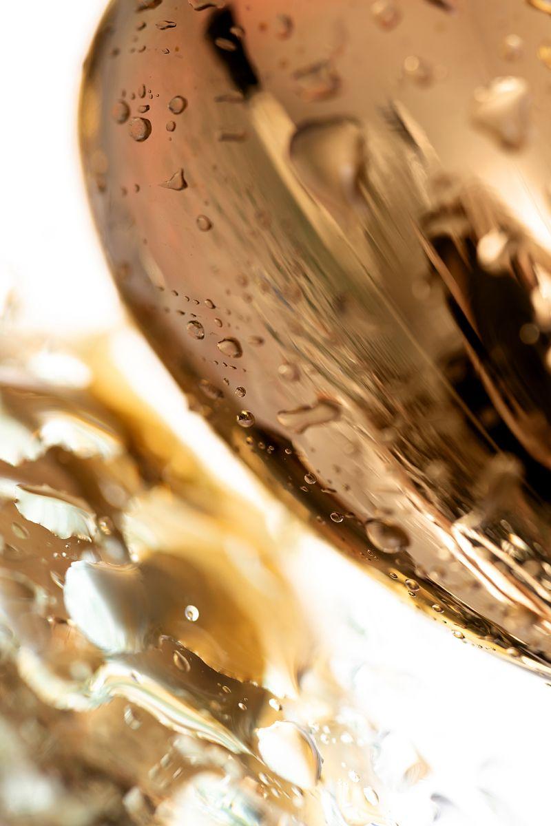Золотистая гладкая анальная пробка с черным кристаллом - 7 см.