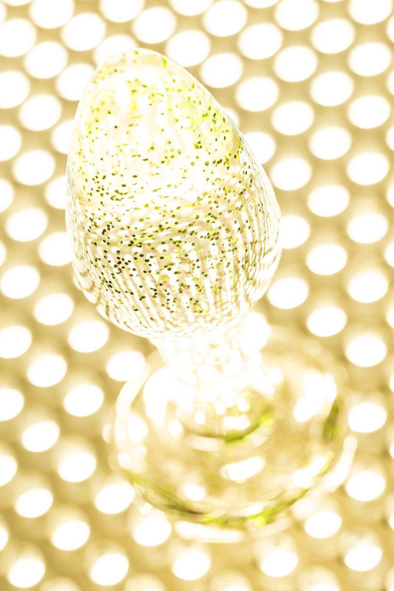 Золотистая акриловая анальная втулка - 8 см.