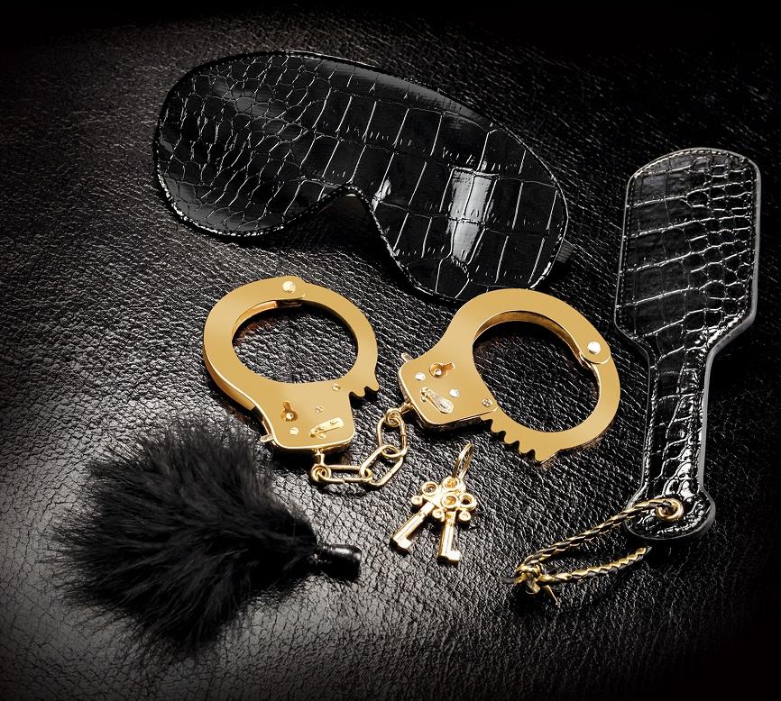 Набор Beginners Fantasy Kit из наручников, пуховки, маски и шлепалки
