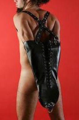 Заплечный мужской бондаж из чёрной кожи