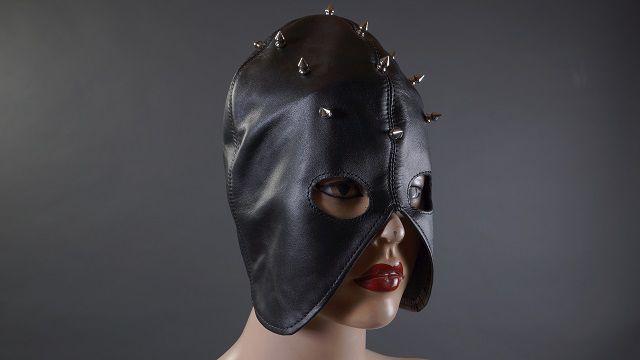 Декорированный шипами чёрный полушлем