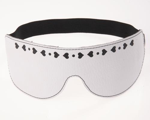 Белая кожаная маска на глаза с аппликацией в форме сердечек