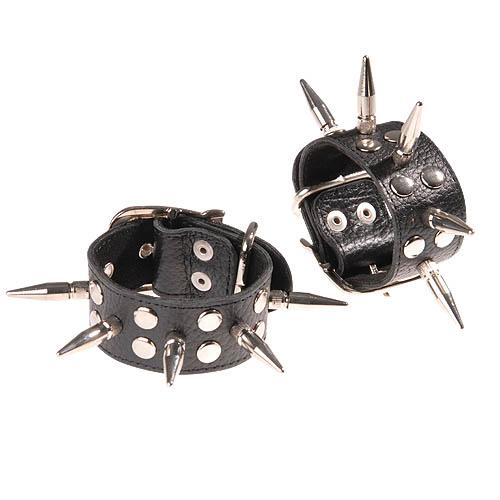 Черные кожаные наручники с шипами и заклепками