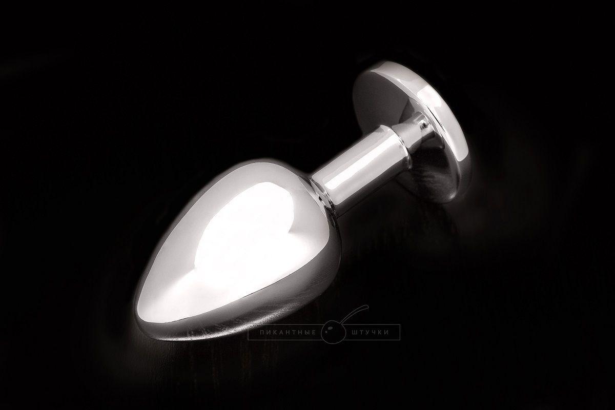 Маленькая серебристая анальная пробка с круглым кончиком и изумрудным кристаллом - 7 см.