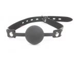 Черный силиконовый кляп-шарик на регулируемой застежке