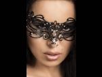 Сногсшибательная маска со сверкающими стразами