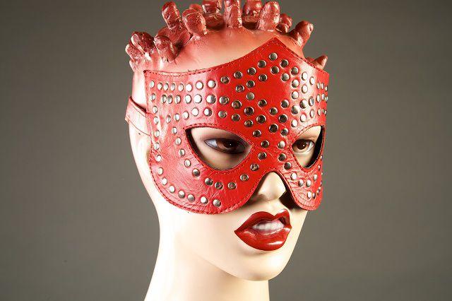 Красная маска-очки с фурнитурой в виде заклепок - фото 129502