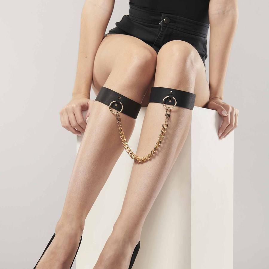 Чёрные оковы для ног MAZE KNEE CUFFS
