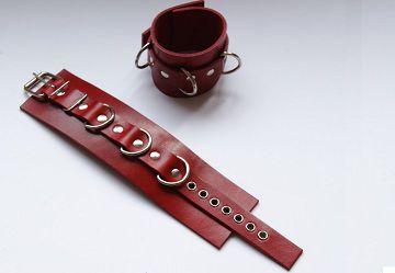 Красные не подшитые кожаные наручники