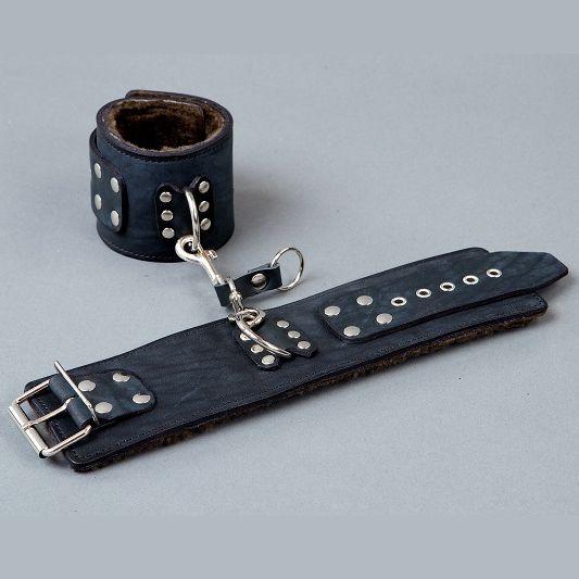 Широкие кожаные наручники на меху