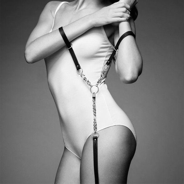 Чёрные наручники с петлёй MAZE T-RESTRAINTS