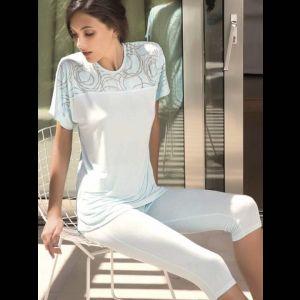 Оригинальная женская пижама с капри и футболкой