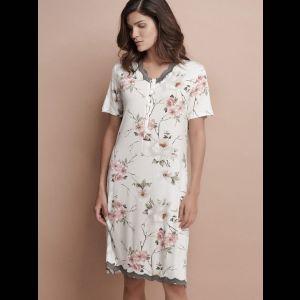 Уютная короткая сорочка с цветочным принтом