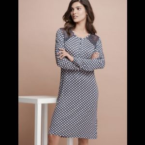 Короткая женская сорочка с кружевными вставками