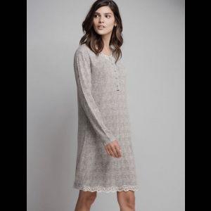 Короткая женская сорочка с длинным рукавом и кружевной отделкой
