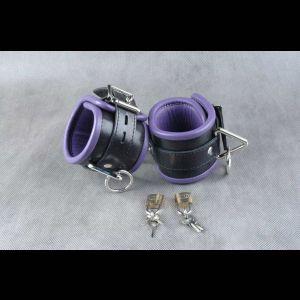Чёрные подвёрнутые наножники с фиолетовым подкладом